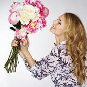 Une femme tient un bouquet de roses